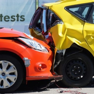 infortunistica stradale: tamponamento tra due auto una gialla e una rossa