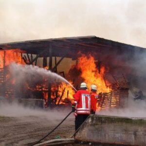 pompieri con idrante che spengono capannone incendiato responsabilità civile