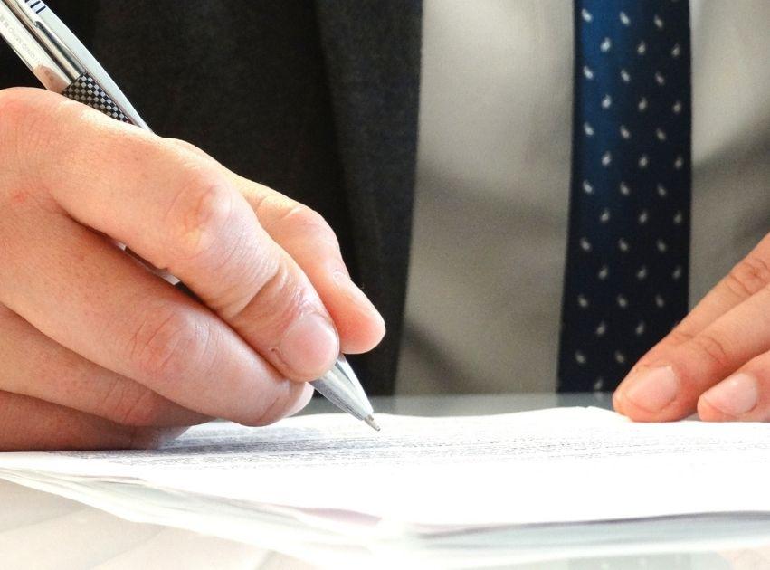 gestione sinistri complessi particolare di uomo in cravatta che scrive