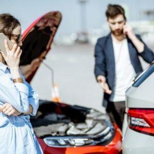 incidente stradale uomo e donna che parlano al telefono